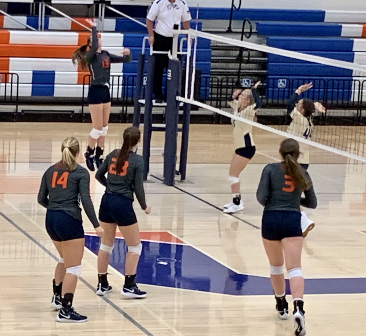 Pin By Deborah On Life In Volleyball With Kim Mathes Moore Female Volleyball Players Volleyball Players Volleyball