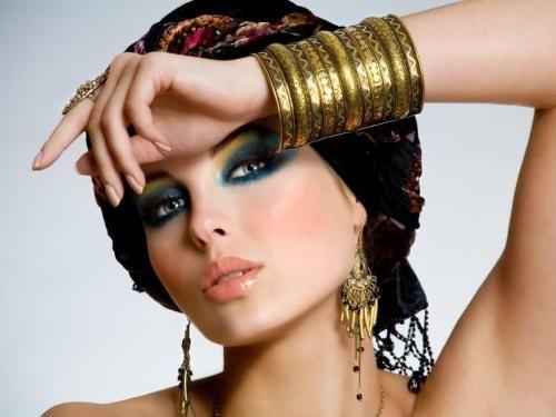 Bijoux et make-up d'une Cléopâtre d'aujourd'hui