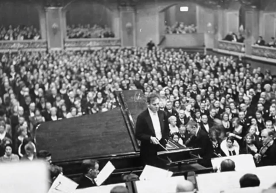 Sergej Rachmaninoff in concerto con l'orchestra diretta da Bruno Walter.