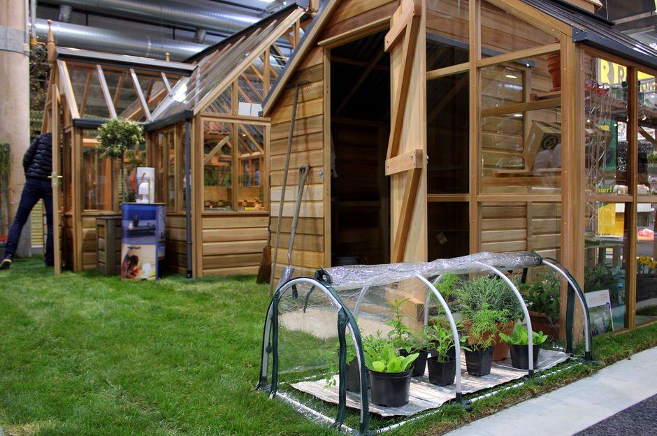 SMÅTT OG SMART: Minidrivhus med varmematte gjør at du kan gro ute hele året - som er mye mindre plasskrevende og koster mye mindre penger enn for et drivhus i full størrelse. (Foto: KRISTIN SØRDAL)