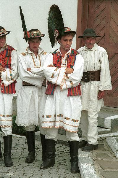 Romanian traditional dress: from the area of Bistrița ...