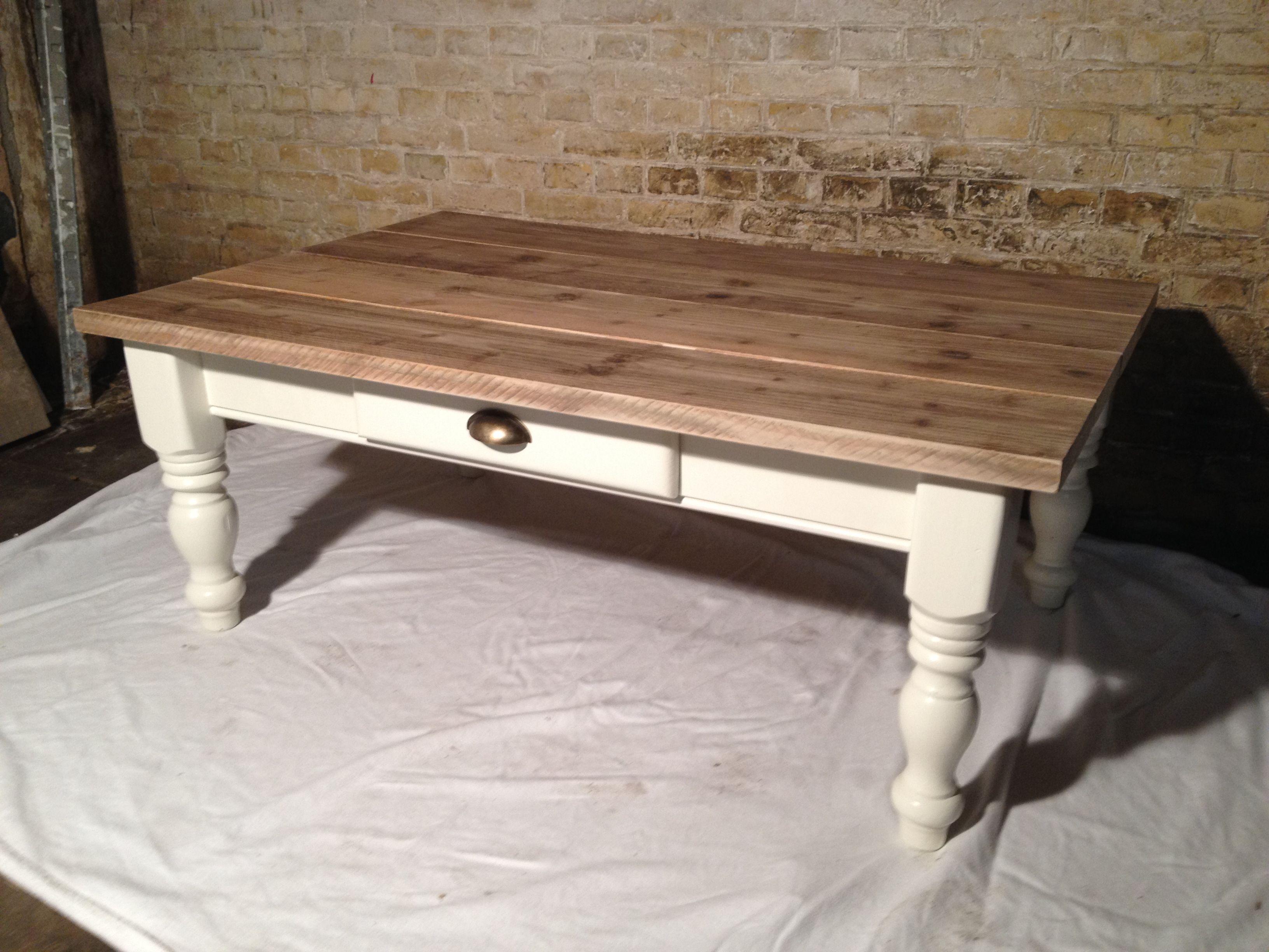 Oude grenen salontafel wit geschilderd en voorzien van blad van gebruikt steigerhout    Zelf