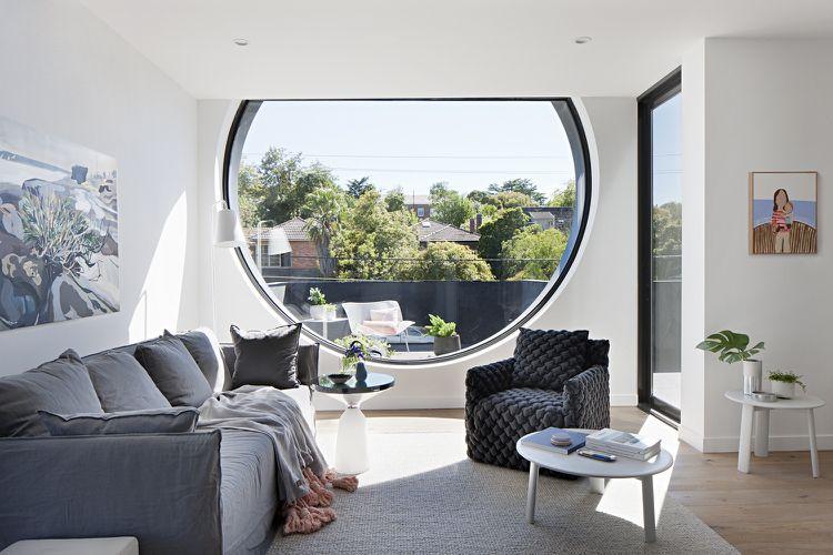 rundes Fenster Wohnzimmer Tageslicht Einrichtung Grau Weiß - wohnzimmer einrichten grau weiss