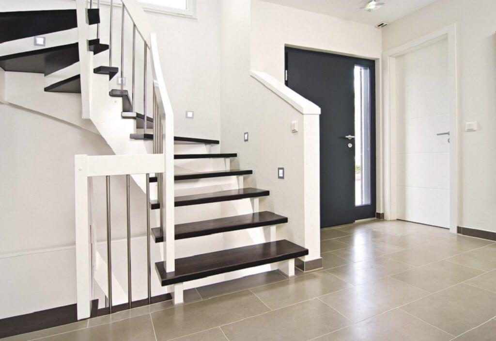 Treppe innen Holz mit dunkler Eiche und Treppenbeleuchtung ...