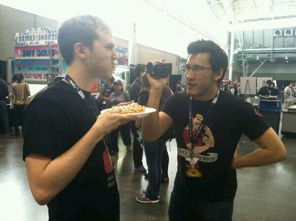 Yamimash tries a funnel cake for the first time!