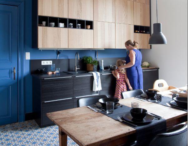 mod le de cuisine ikea metod avec des fa ades noires tingsryd et des fa ades en bois. Black Bedroom Furniture Sets. Home Design Ideas