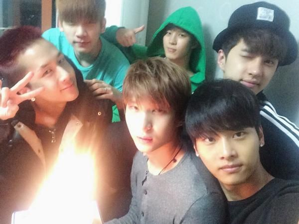 VIXX celebrates Leo's birthday, side note, it kinda looks like Leo's lap is on fire