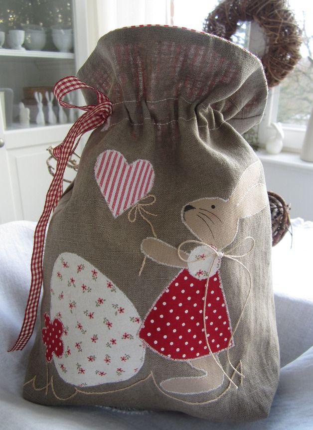 *Osterhasenbeutel zum Befüllen*  verziert mit einem fest appliziertem süssen Hasenmädchen. Das Säckchen ist zum Verschließen und kann je nach Belieben befüllt werden. Eine süsse Alternative zu den...