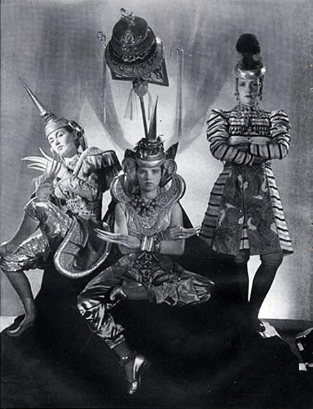 Schiaparelli (Costumes) 1939. L'Ambassade de Siam: Princesse Poniatowski, Gogo Schiaparelli, Eve Curie. S)