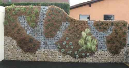 mur en gabion paré de végétation