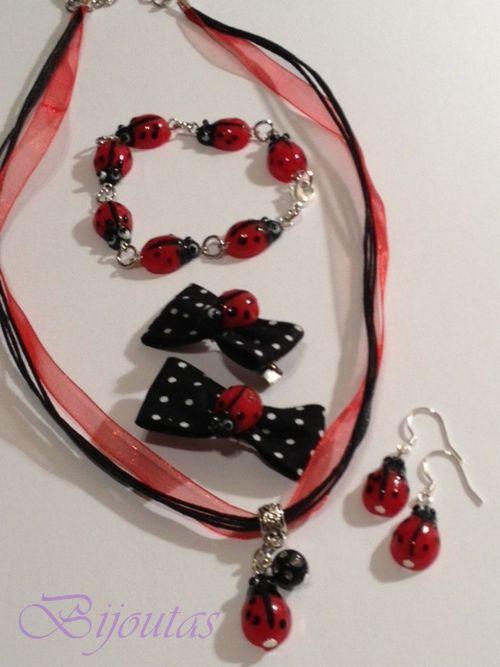 Prachtig setje met lieveheersbeestjes bestaande uit: -ketting, armbandje, zilveren oorbelletjes (haakjes zijn 925) en 2 haarclips.