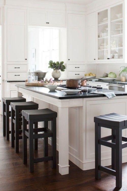 Küche Mit Kochinsel Schwarze Arbeitsoberfläche Schwarze Barhocker