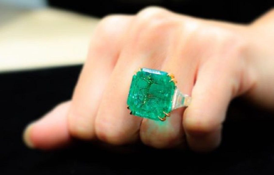 A Gorgeous 31.49 Carats Colombian Emerald and Diamond Ring  657d4fa9c6321