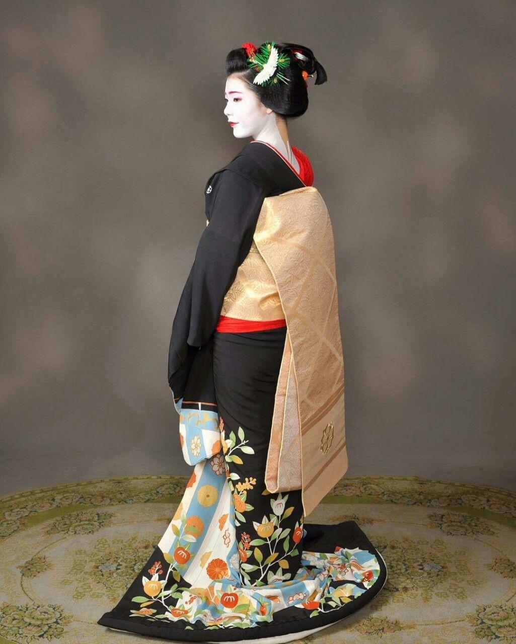 May 2016: Maiko Fukucho (Shigemori Okiya) of Miyagawacho wearing her gorgeous sakkou-ensemble. She became a Geiko on the 26th of May. Source: フォトオフィス・タナカ(田中秀樹) on Instagram