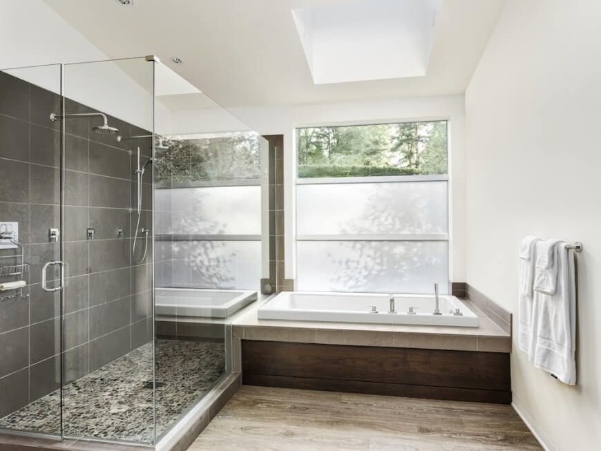 Alcove tub in ceramic and wooden platform. Located in the corner ...