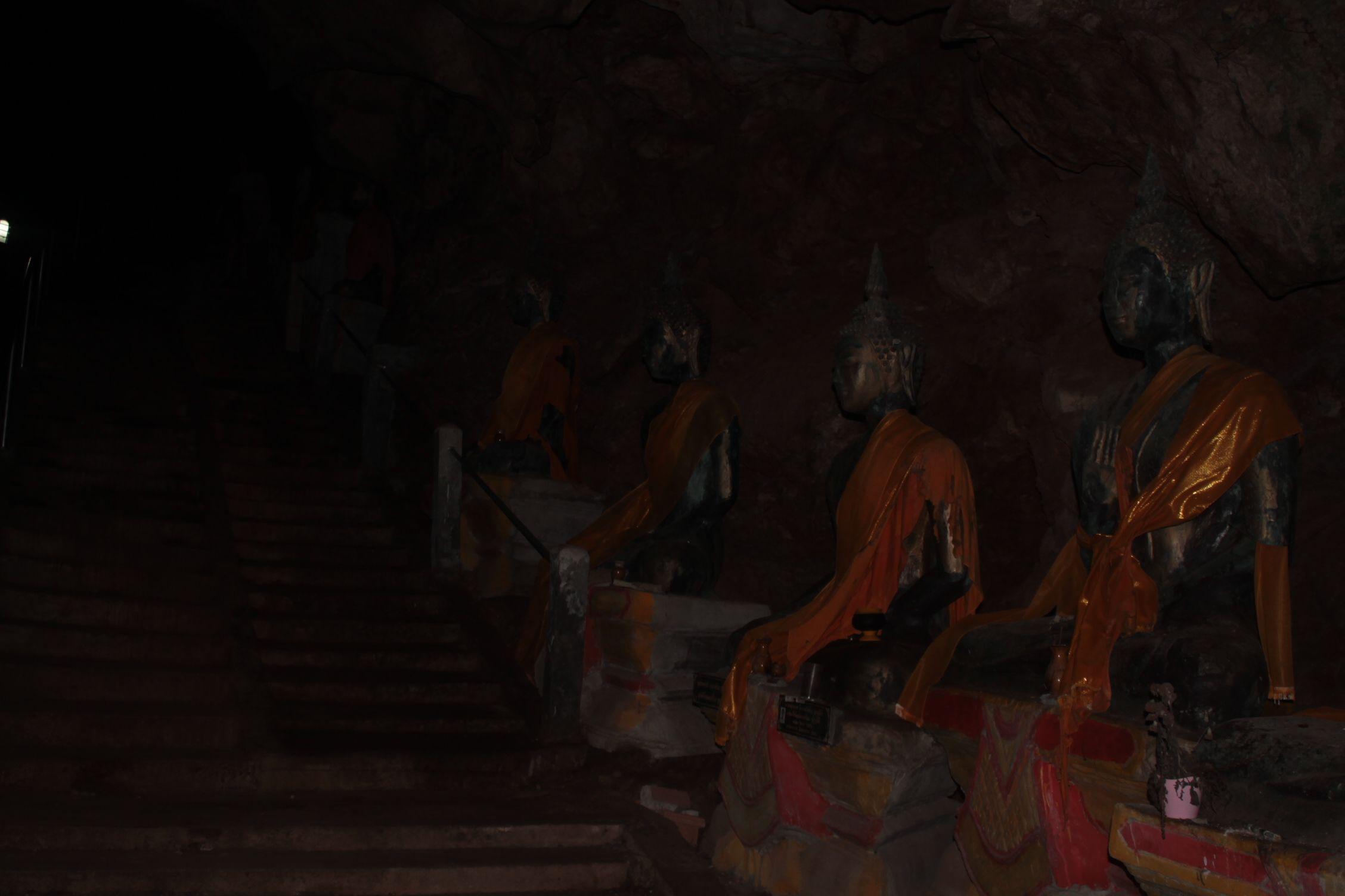 Escaleras que se adentran en Bhuda Cave