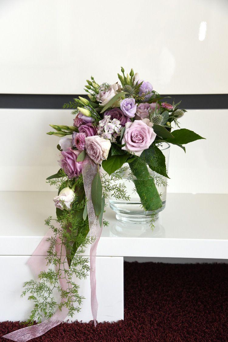 Wir Liefern Blumen Blumenstrauss Und Pflanzen In Kiel Und Umgebung Lila Rosen Brautstrauss Winterhochzeit