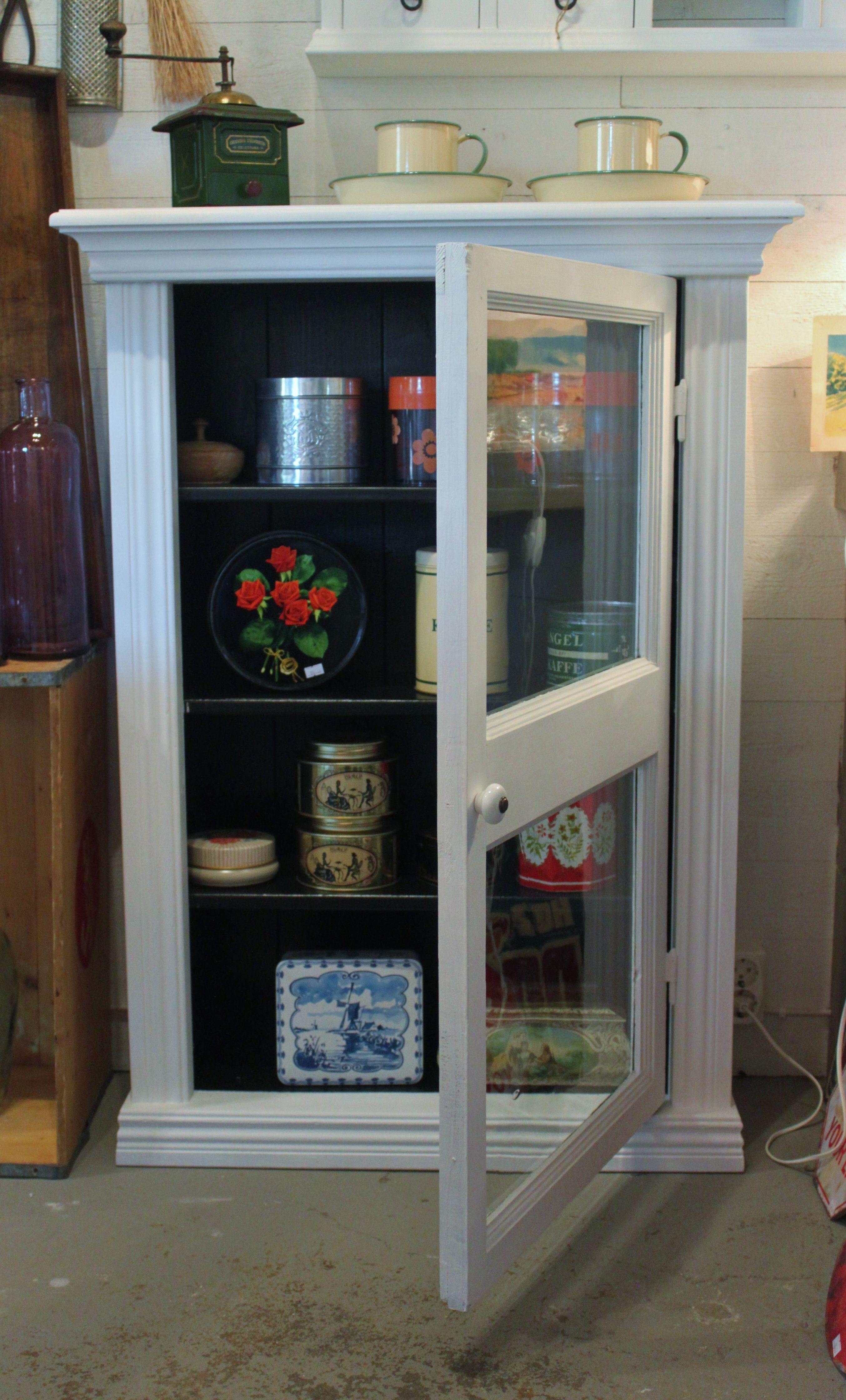 Frid & Fröjd Stockamöllan. Vitrinskåp. Luckan är ett gammalt fönster. Resten är egen design och tillverkning.