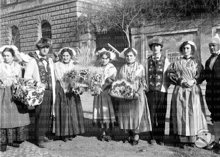 Uomini e donne, provenienti dalle varie provincie del Piemonte e ...