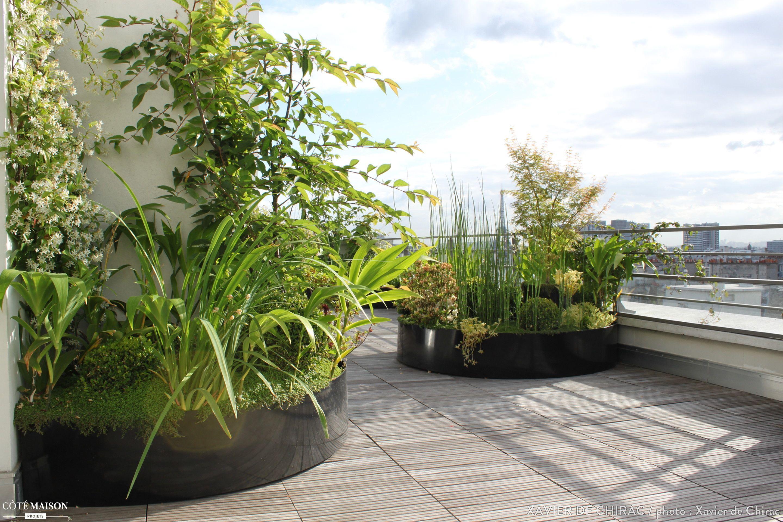 une terrasse en bois aux lignes courbes avec massifs d. Black Bedroom Furniture Sets. Home Design Ideas