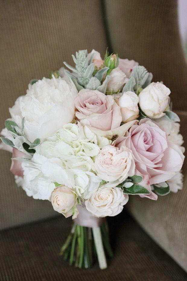 Blumenstrauß für die Hochzeit in zarte Farben  | Patricia and Philip's Beautiful Olde Bell Wedding by Dasha Caffrey | www.onefabday.com | #Flowers #Wedding
