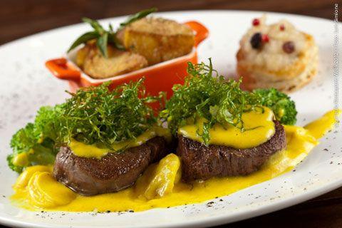 Oscar Café (almoço)    Madalhão ao molho mostarda  Medalhão de mignon, ao molho mostarda, com Crispy de couve, brócolis, purê de maçã e batatas rústicas