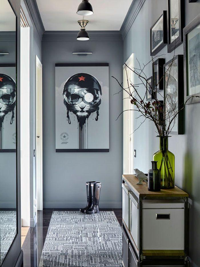 Flur Grau Gestalten, Viele Umrahmte Bilder An Der Wand, Vase Aus Grünem  Glas,