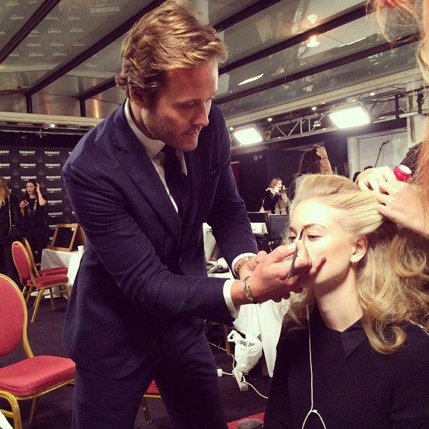 Detrás del escenario con el Director Artístico Global de la Belleza Oriflame, Jonas Wramell, quien da los últimos retoques a Caroline Kummelstedts antes del show. ¡No te pierdas las actualizaciones en vivo de la pasarela! #Oriflame #maquillaje #fashionweek #JonasWramell #CarolineKummelstedt #MBFW