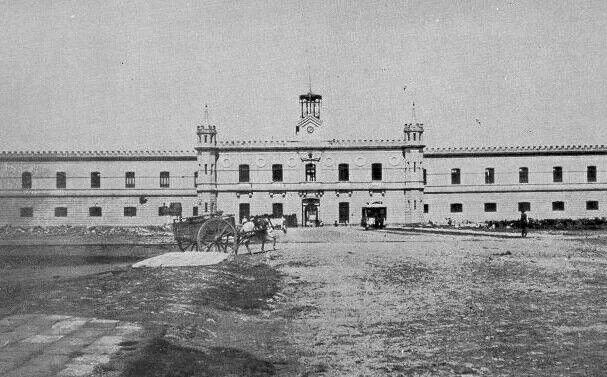 La Carcel de Lecumberri o Palacio Negro, inició su construcción el 9 de mayo de 1885, y lo inauguró el 29 de septiembre de 1900 el generalPorfirio Díaz. Hoy en día alberga el Archivo General de la Nación.  ca. 1900