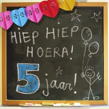 a781079079d85e Schoolbord met 'Hiep hiep hoera! 5 jaar!'- Greetz | Tekstkaarten ...