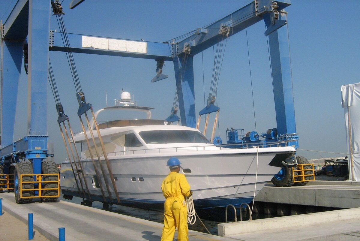 Maintenance at Riviera yard of a dubai marine 85 feet... lifting operations... . . . . . #yachtlife #superyacht #yachting #yacht #luxuryyacht #boatlife  #yachtclub #fishingboat #patrolboat #flybridge #cabincruiser  #boatcharter #madeinuae #billionairetoys #rivieraboat #integrityboat #seastarboat #boats #dubaiboat
