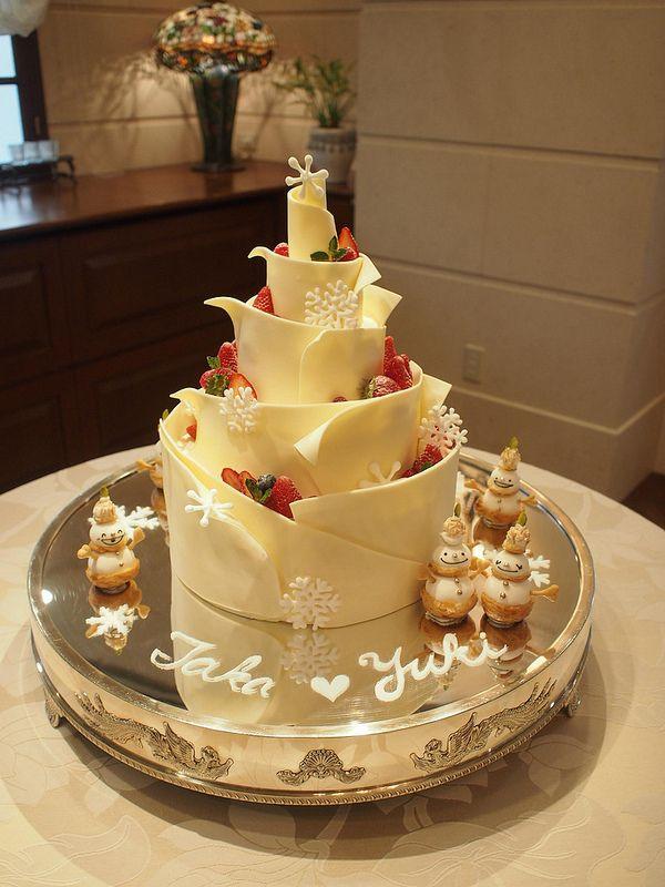冬をイメージしたケーキ。ホワイトチョコで雪の冷たさを表現し、シュークリーム雪だるま、雪の結晶で周りを飾りました。