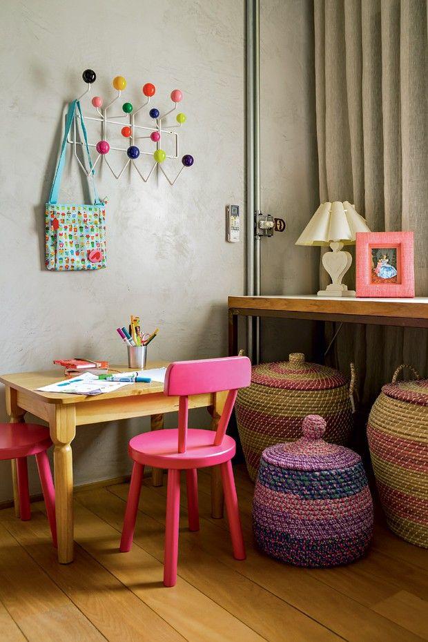 a433a630d Apartamento equilibra o estilo industrial com madeira e móveis de ...