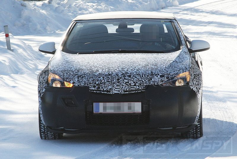 Once again we have spoted the Opel Astra Convertible and this time we caught it during the first winter testing. As we can see the roof is still just a temporary one and has nothing to do with the real solution. But we still suspect that the roof will be a conventional soft top instead of the retracteble hardtop used on the Astra TwinTop on the last model…