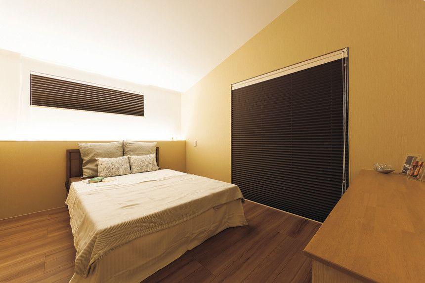 勾配天井と間接照明がプライベートな雰囲気を演出する寝室 落ち着いた
