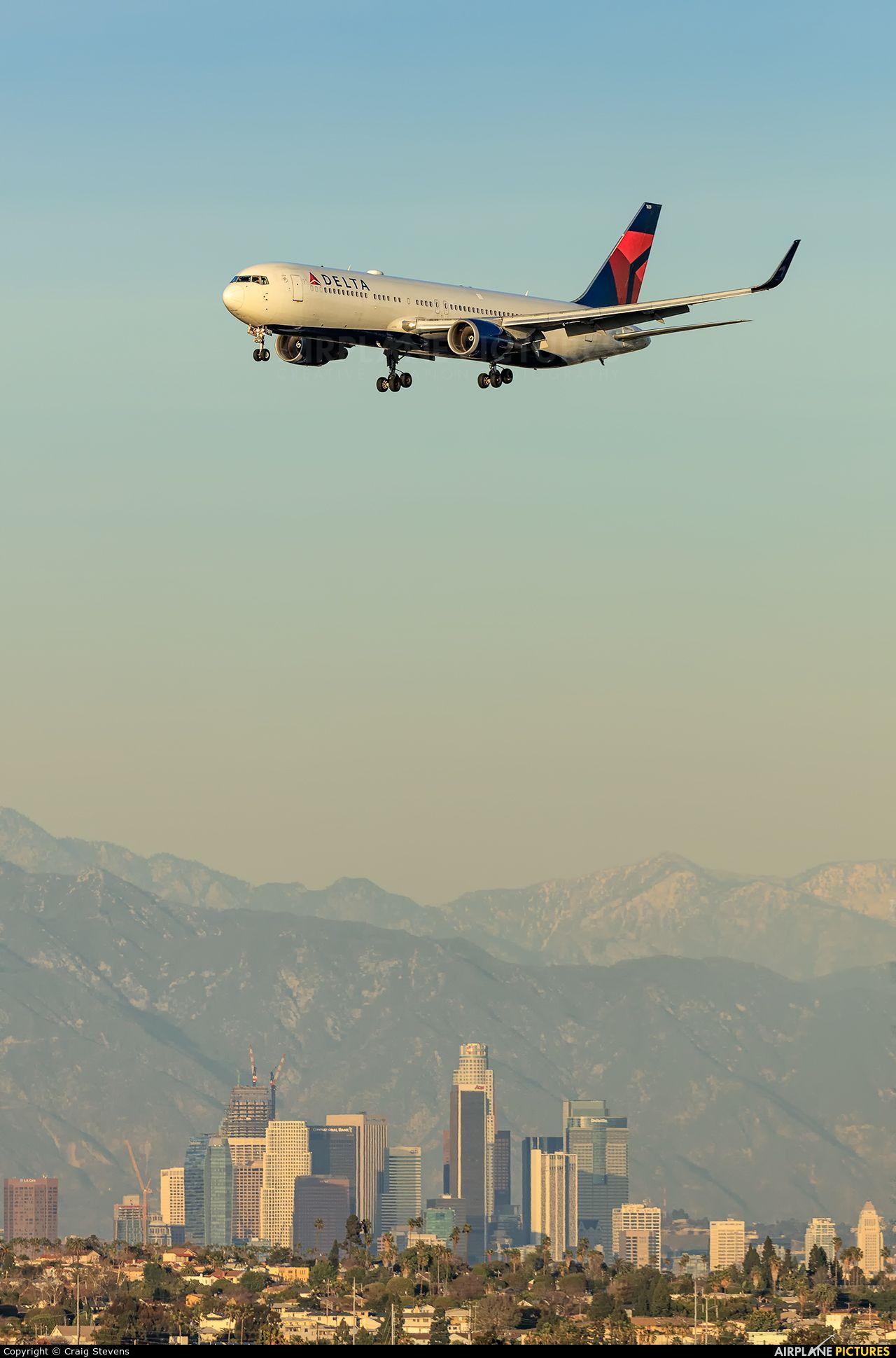 Delta Air Lines N1609 aircraft at Los Angeles Intl photo