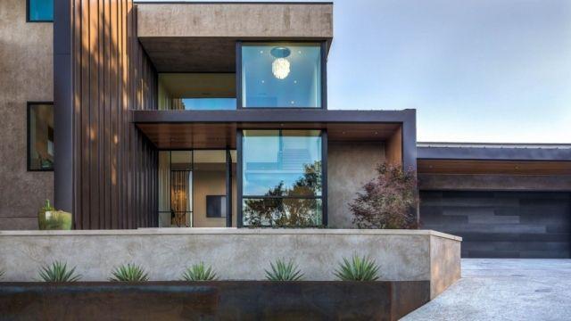 Modernes haus glas fassade trockenpflanzen garage die for Modernes haus fassade