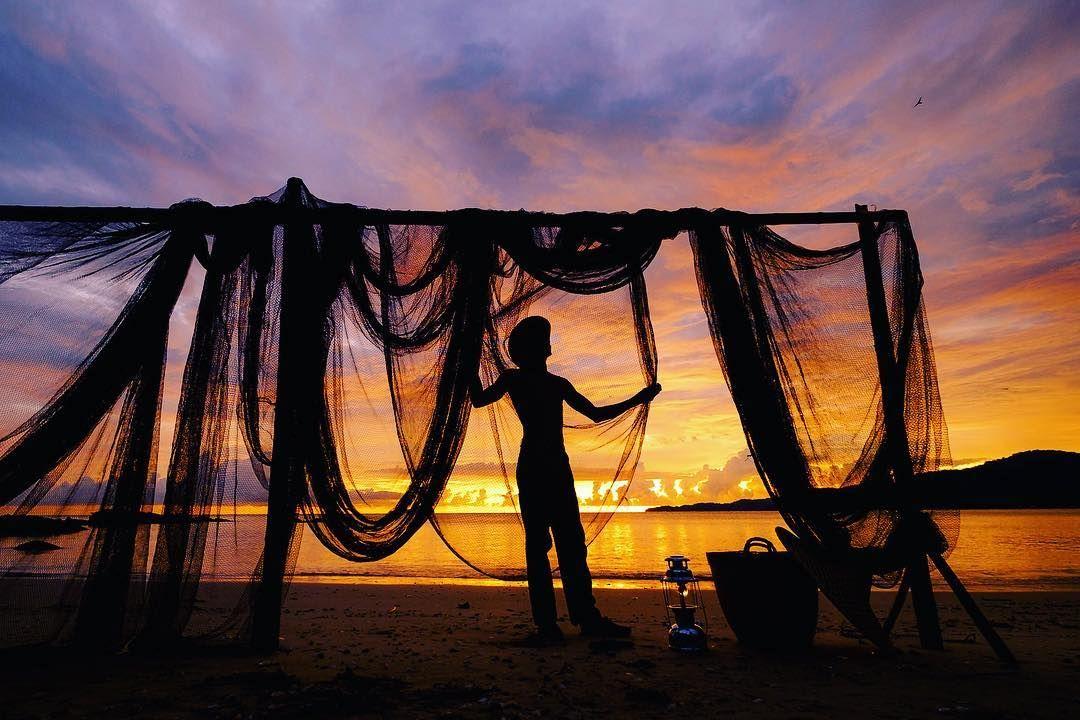 Repairing #net #livelihood #sunset #dramatic #sky #goldenhour #beach #sea #discover #explore #penang #photo #photography #photographer #color #water #fujifilmmy #fujifilmxt1 #fujifilm_xseries #travelphotography #travel #travelgram