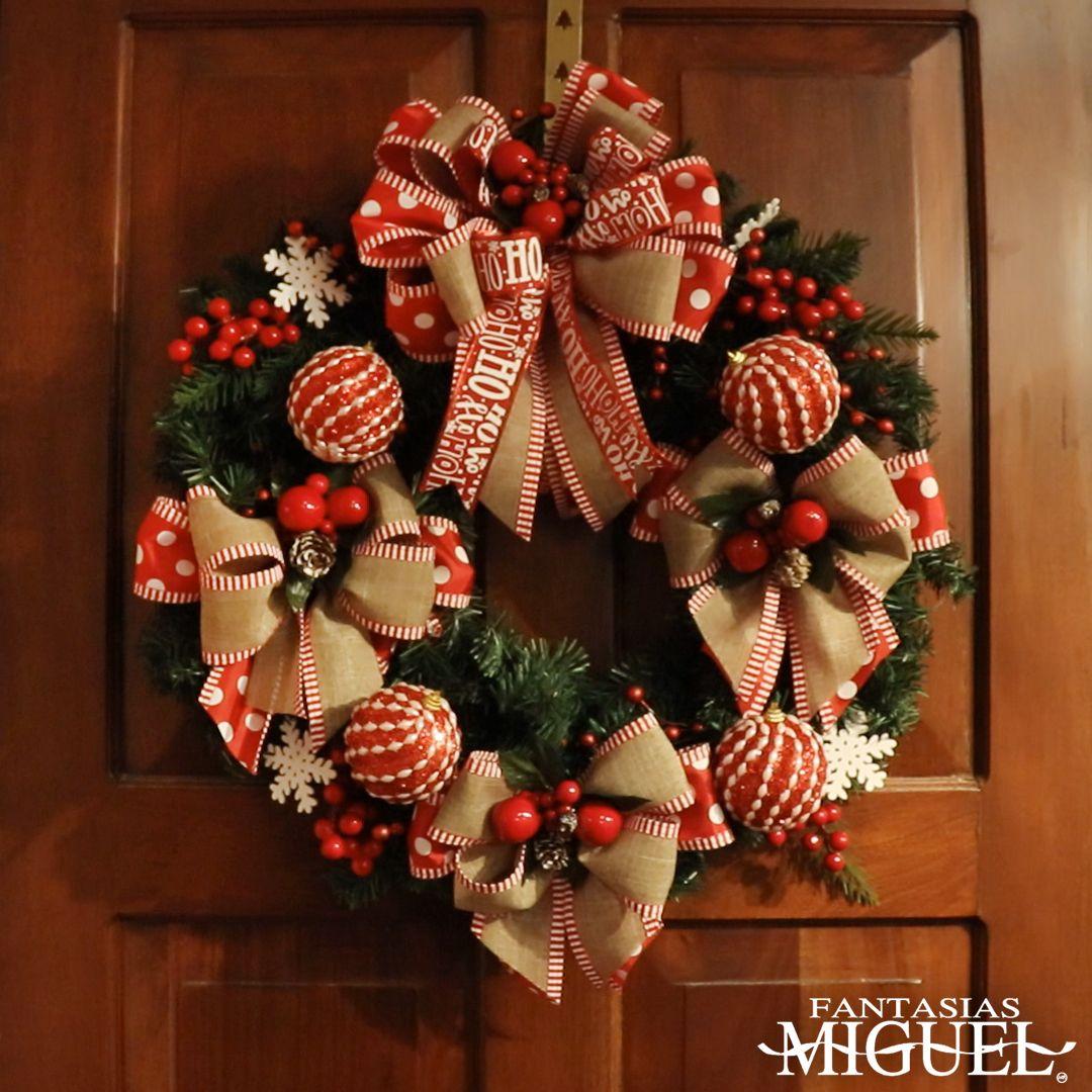 ¡Decora la entrada de tu hogar creando esta fantástica corona navideña! También la puedes hacer para colocarla en la entrada de tu negocio y darle la bienvenida a tus clientes en las fiestas decembrinas.