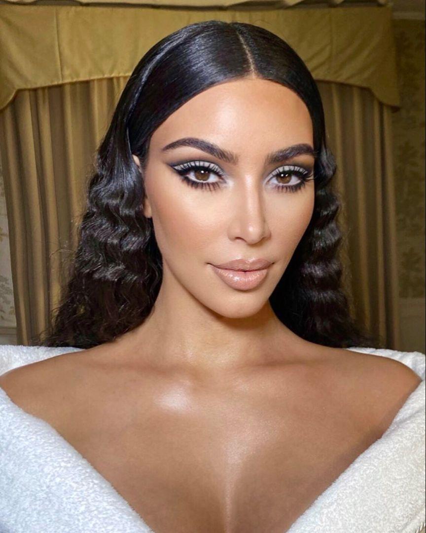 Kim Kardashian Makeup Look In 2020 Kim Kardashian Makeup Looks Kim Kardashian Makeup Makeup Looks