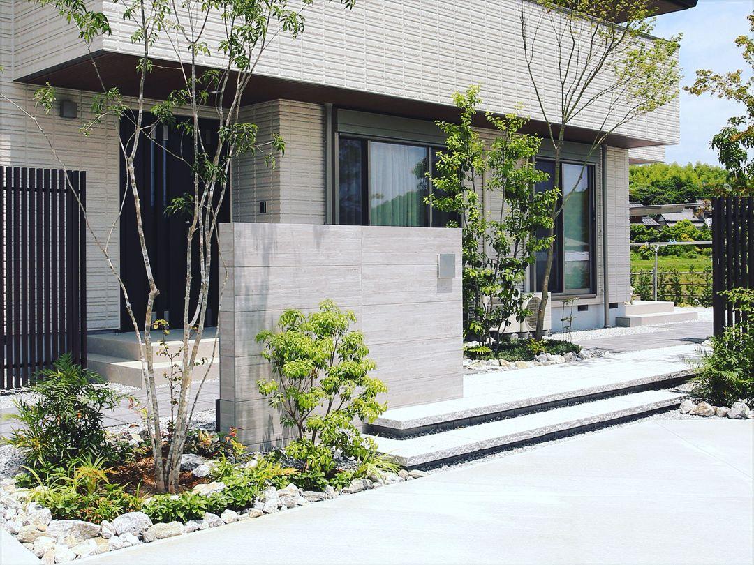 Rc杉板調の門袖が印象的なファサードデザイン 庭 ガーデン