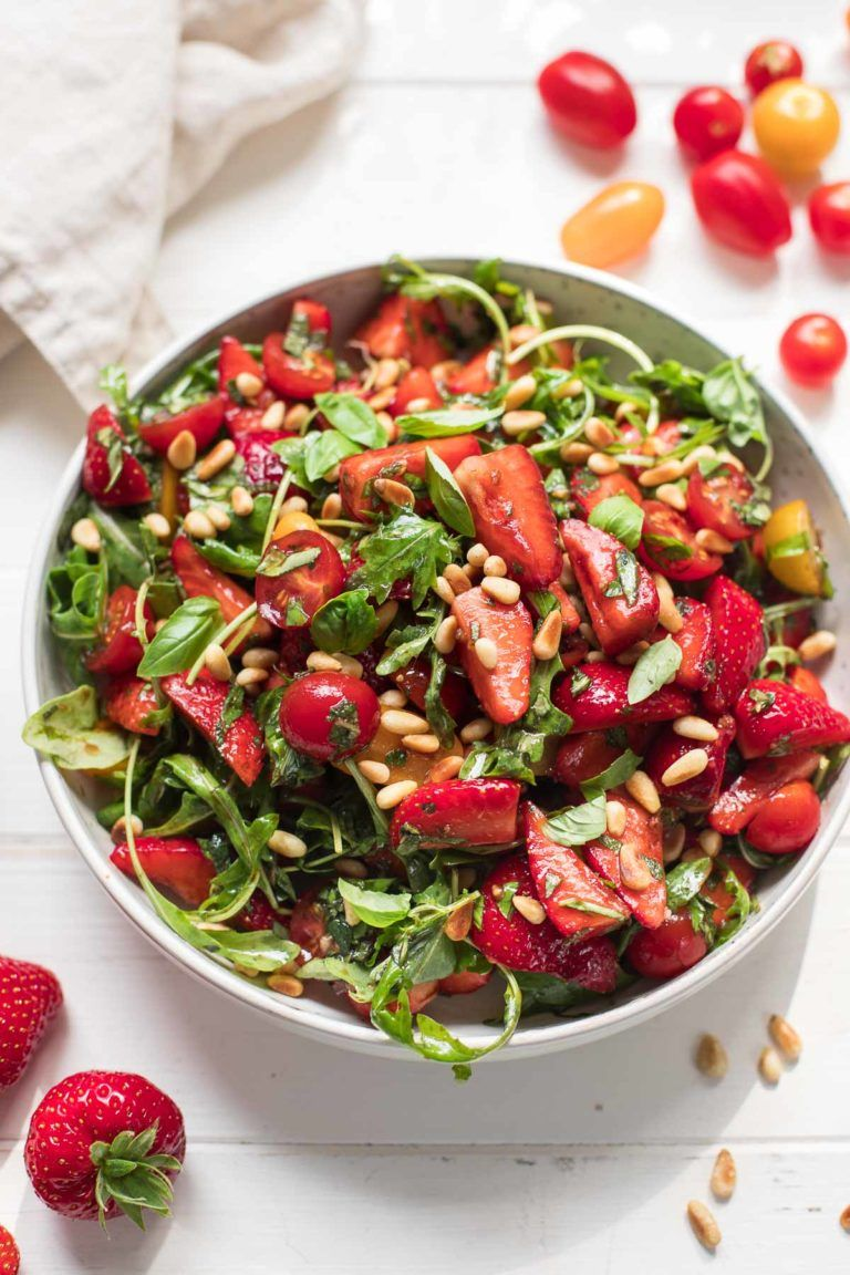 Salat mit Erdbeeren, Tomaten, Minze und Basilikum Rezept | Elle Republic