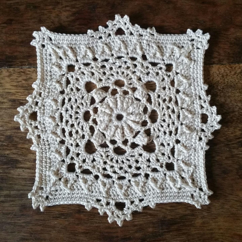 original petit napperon carr cru 10 5 cm textiles et tapis par le crochet d arwennn. Black Bedroom Furniture Sets. Home Design Ideas