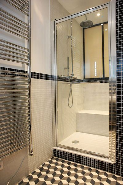 Petite salle de bain moderne avec douche en noir et blanc for Modele de salle de bain avec douche