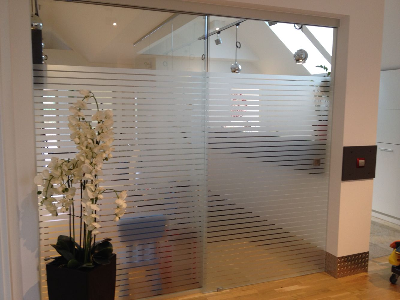 Automatische Glasschiebetur Mit Fixteil Und Streifenfolierung Glasschiebetur Schiebetur Raumteiler