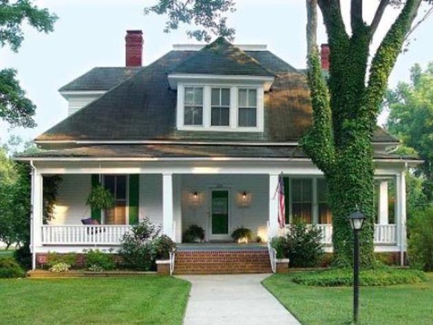 arts and crafts home exteriors | 1913: Arts and Crafts/Craftsman Bungalow | HGTV FrontDoor #craftsmanstylehomes