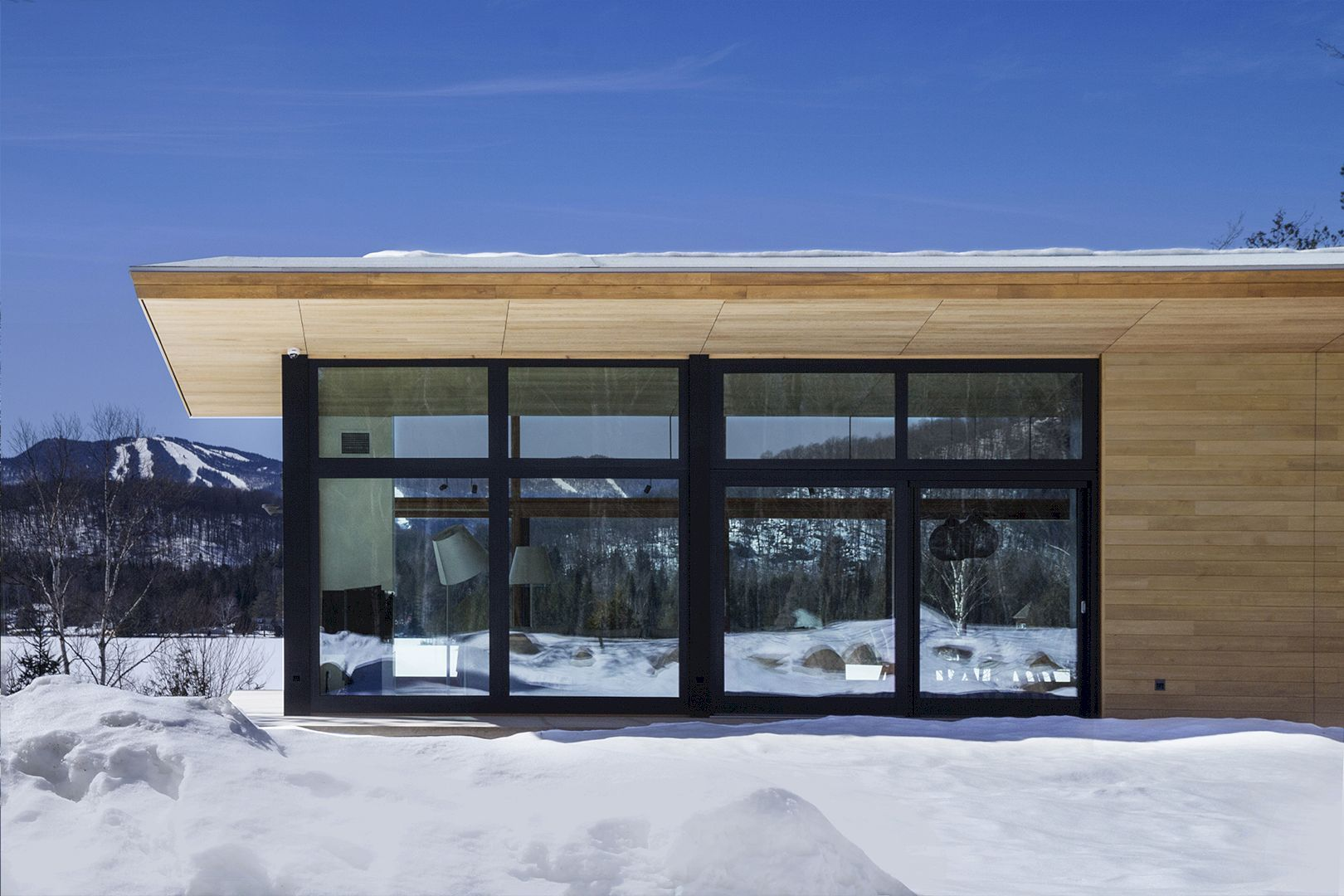 The Wooden Wing One Of The Most Spectacular Properties In The Laurentians Modern Cabin Architecture Cabin Design