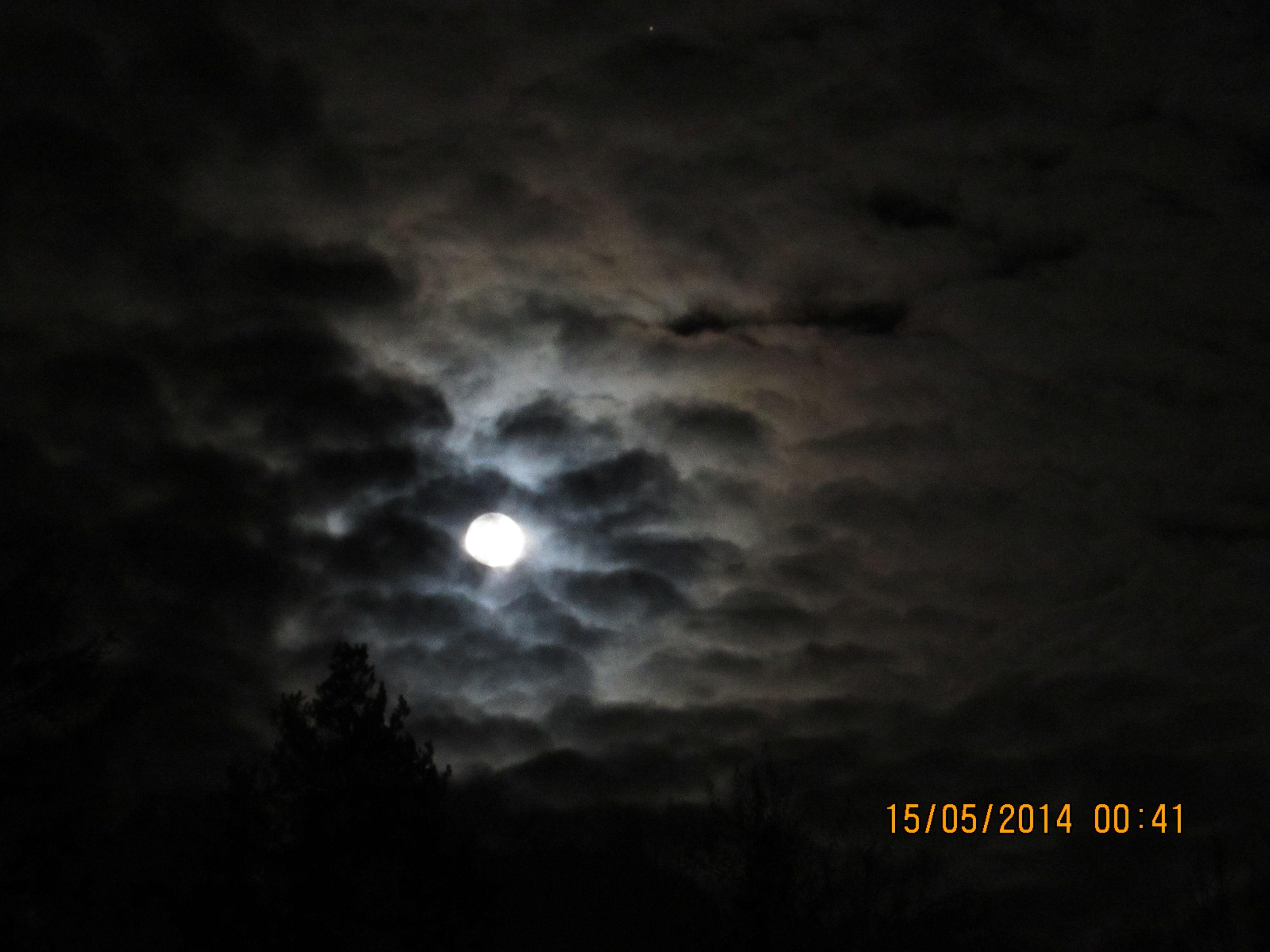 kuu ja pilvet