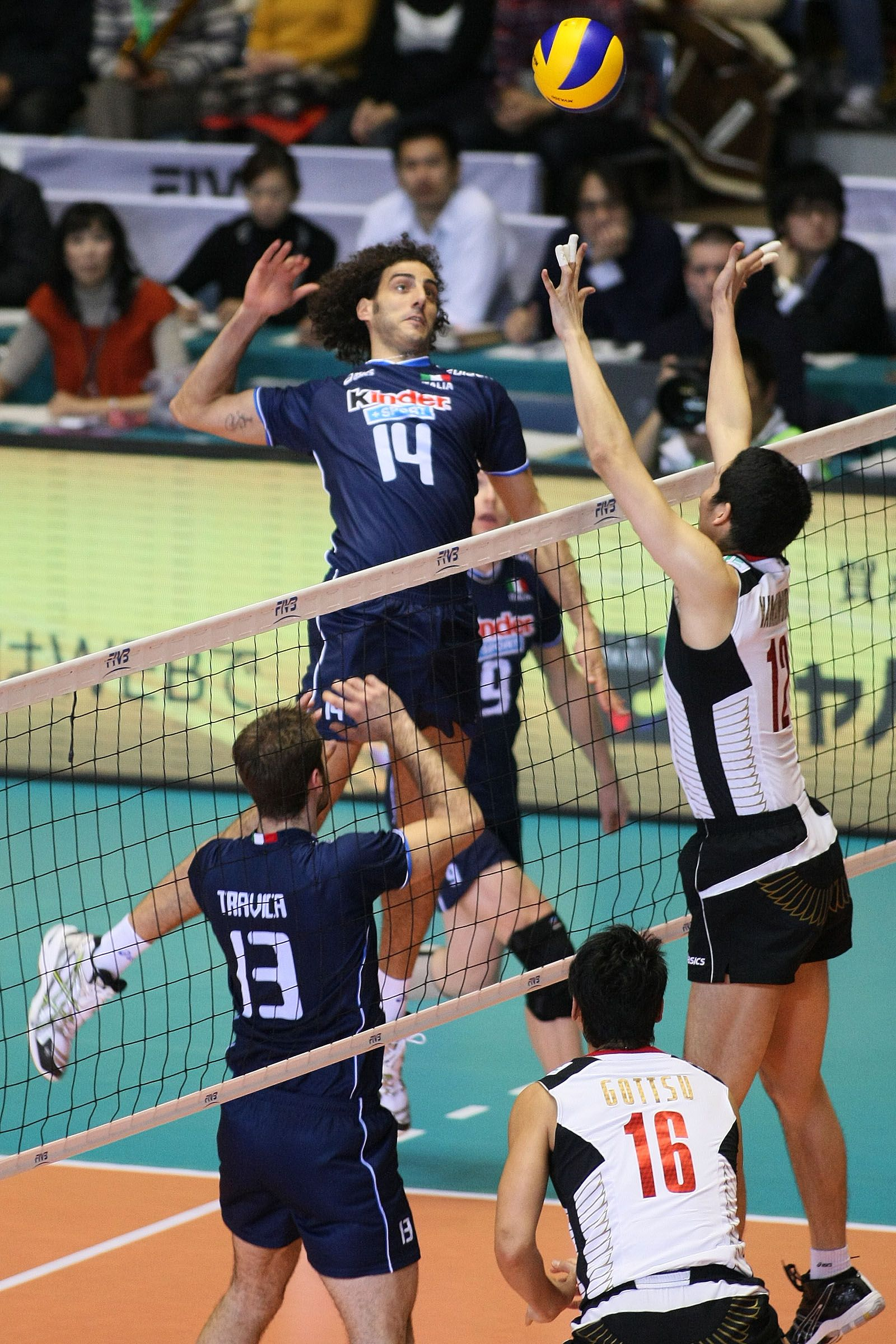 Alessandro Fei Here In Japan Playing As Middle Blocker Completes A Fast Attack Prepared By Setter Dragan Travica Volleyball Players Volleyball Athlete