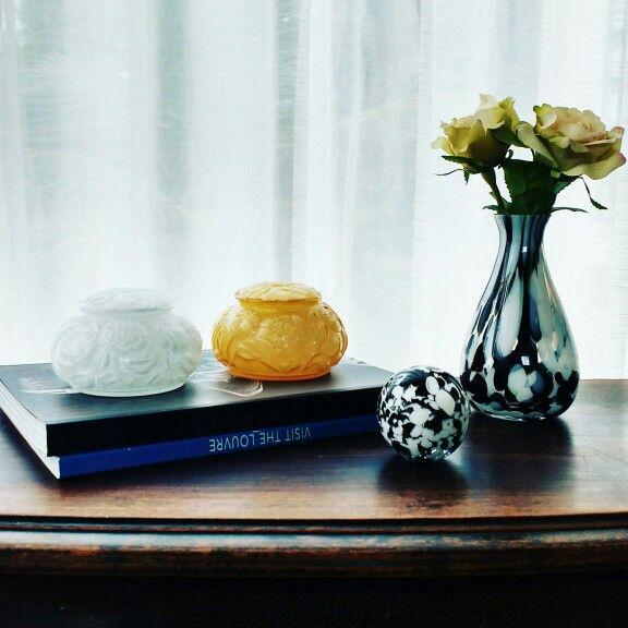 Muranos que tanto amamos! Linda composição... O moderno #pb com o designer retrô de lindas caixas sobre os livros. Inspire-se!